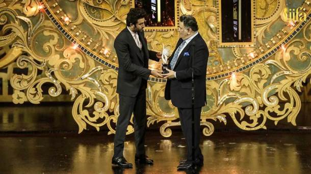 rishi kapoor receives shashi kapoor award at IIFA