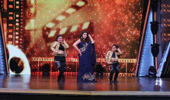Jiya Thakur dances with Madhuri Dixit
