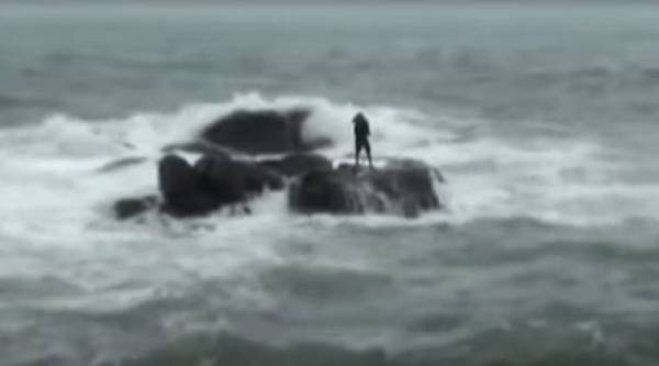 man trapped sea water, man trapped in sea, man trapped while collecting shells, man stuck in china water, shells man stuck in water, viral video, indian express, indian express news