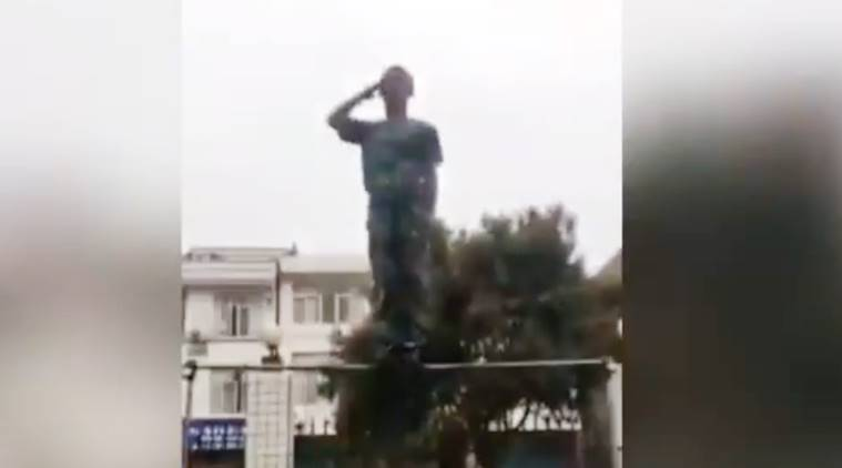 Chinese soldier salutes, Chinese soldier special salute, Chinese special salute viral video, viral video, indian express, indian express news