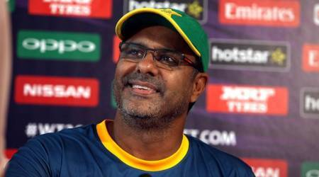 Waqar Younis apologises for cutting cake during Ramzan