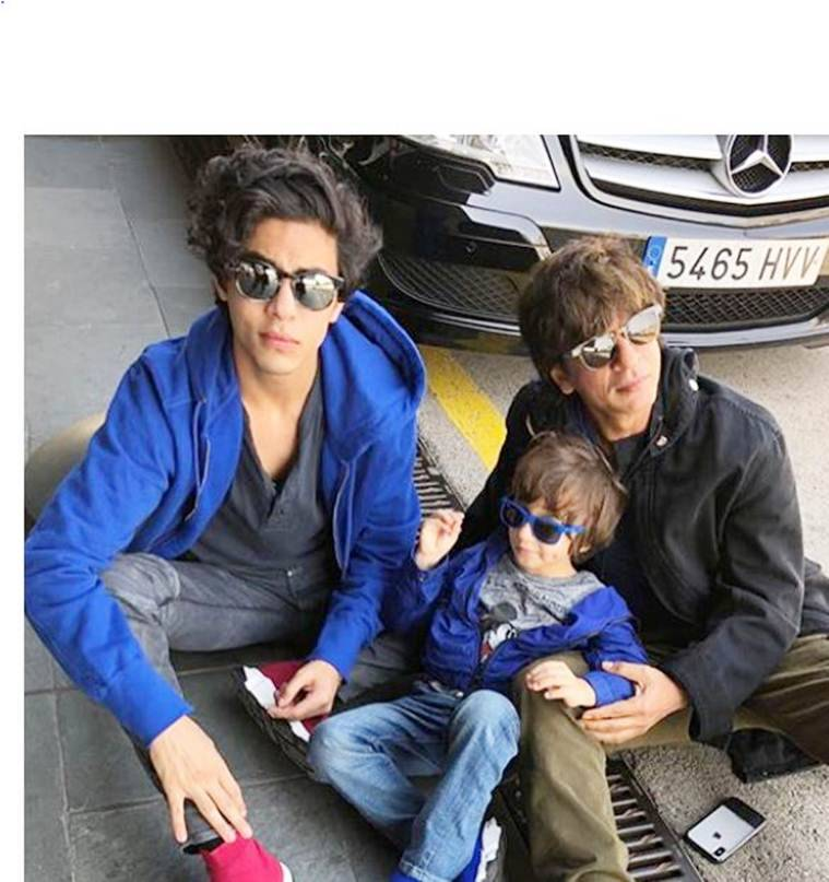 shah rukh khan with aryan and abram