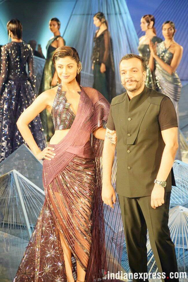 Shilpa Shetty, india couture week 2018, Shilpa Shetty india couture week 2018, Amit Aggarwal, Shilpa Shetty Amit Aggarwal, Shilpa Shetty ICW 2018, Shilpa Shetty metallic sari, amit aggarwal latest collection, amit aggarwal crystalis, celeb fashion, bollywood fashion, indian express, indian express news