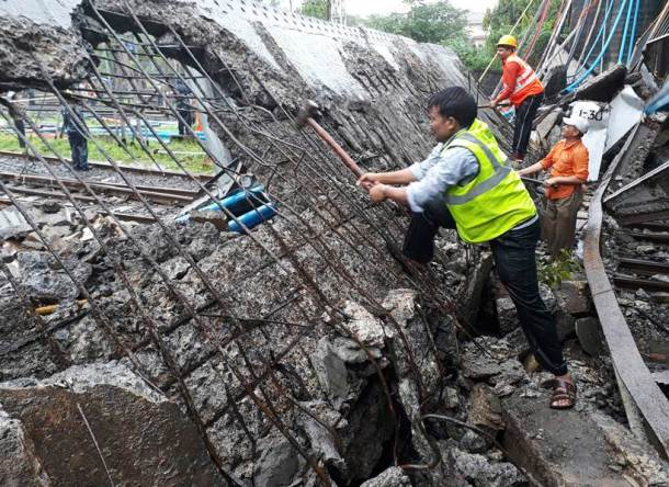 Andheri bridge collapse in Mumbai leaves at least five injured