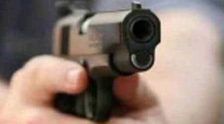 delhi, delhi metro, delhi news, man with pistol, pistol at metro, indian express, india news