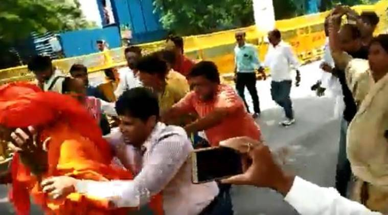 Swami Agnivesh assaulted on way to pay homage to Atal Bihari Vajpayee in New Delhi