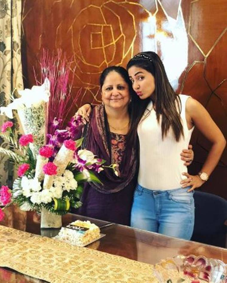 hina khan with mother
