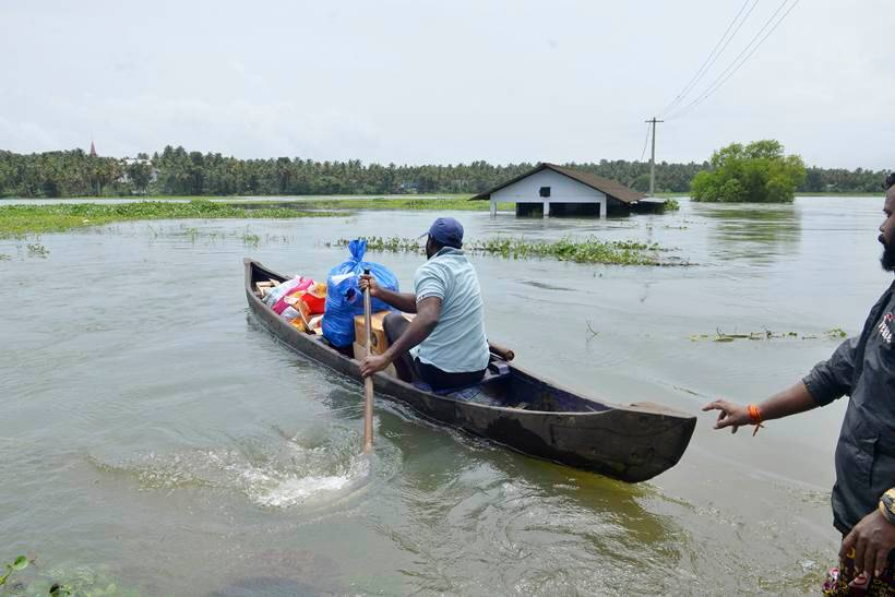 Kerala floods, Kerala floods pictures, Kerala pictures, Kerala news, Kerala rains, Narendra Modi in Kerala, Modi in Kerala, Chengannur, Ernakulam, Aluva, Wayanad, Kerala rains and floods, Kerala rescue, Pinarayi Vijayan, idukki, Indian Express, Latest news
