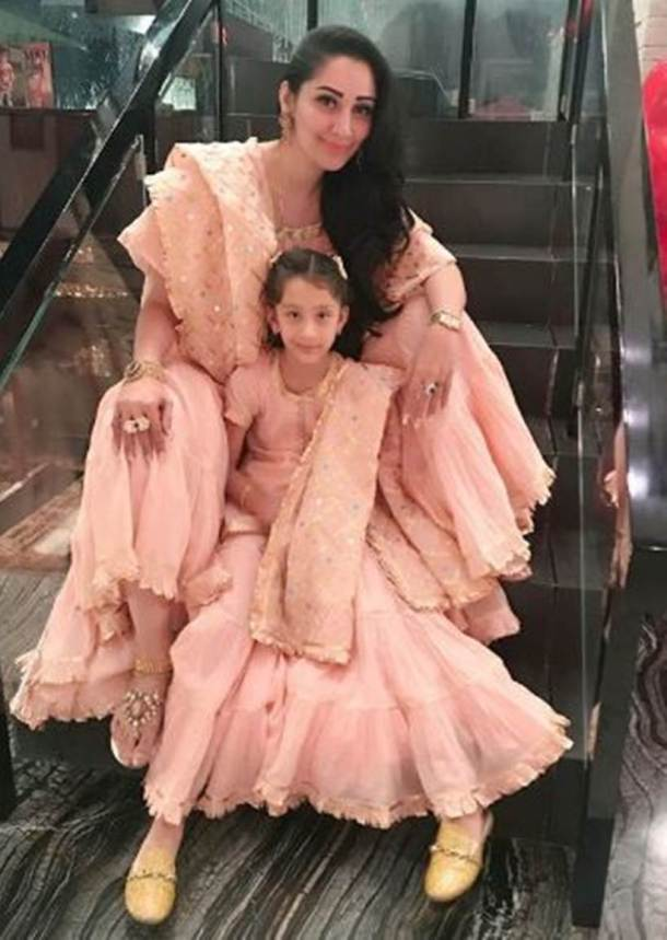 Maanayata Dutt with daughter