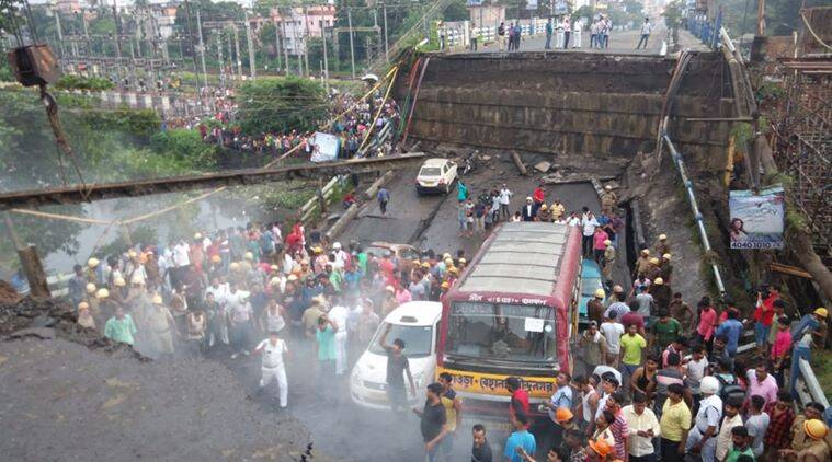 Kolklata bridge collapse, majerhat bridge, majerhat bridge collapse, majerhat bridge collapse live updates, kolkata bridge collpase news, mamata banerjee, Kolkata news, Indian express