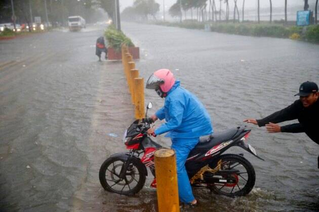 Typhoon Mangkhut lashes Philippines, strongest storm this year