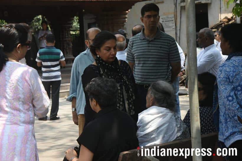 Shabana Azmi at kalpana lajmi funeral