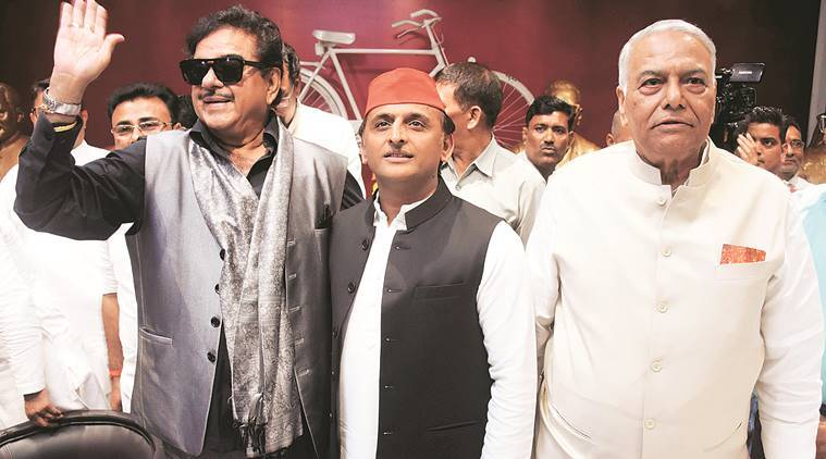 On JP anniversary, Shatrughan Sinha and Yashwant Singh stand with Akhilesh Yadav