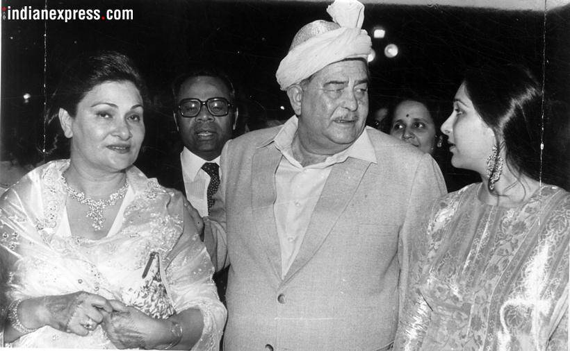 krishna raj kapoor with husband raj kapoor and ritu kapoor