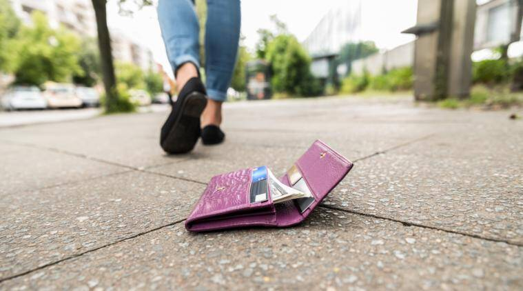 lost wallet returned viral story, woman lost wallet returned by stranger, special message inside wallet, heartwarming stories, heartwarming viral story, lost wallet viral story,