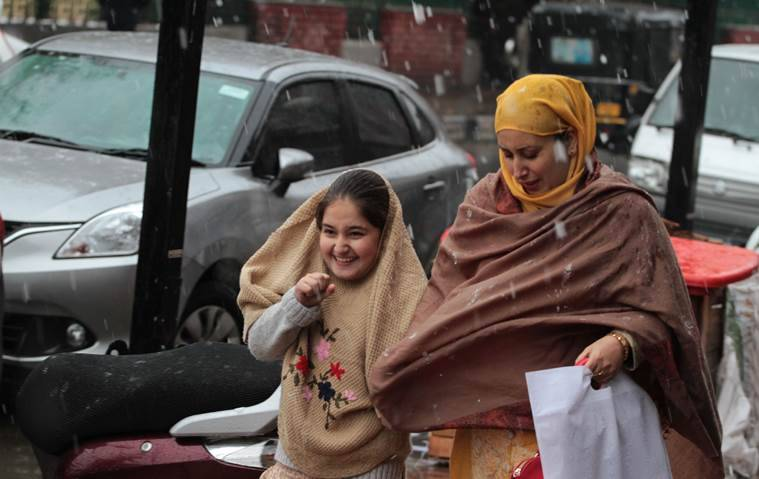 Srinagar receives season's first snowfall
