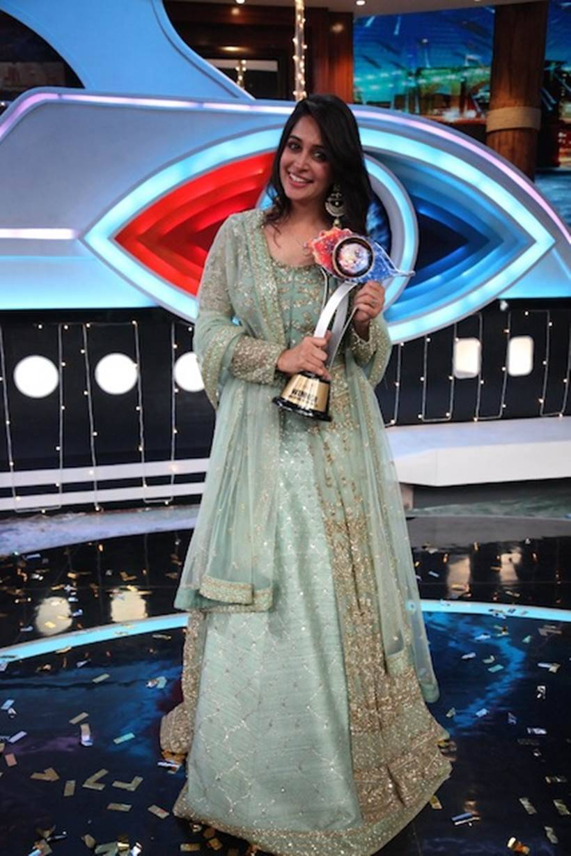 Dipika Kakkar Ibrahim as the winner of COLORS' Bigg Boss 12, holding the winner trophy 2
