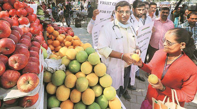 Maharashtra doctors sell fruits to protest stipend delay