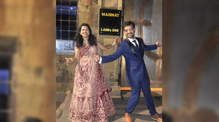 shah rukh khan, srk fan, mannat, newlyweds pose outside mannat, srk replies fans, bollywood news, viral news, indian express