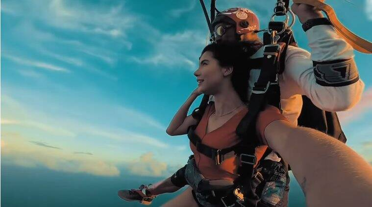Watch video: For a gender reveal, best friends jump out of a plane!