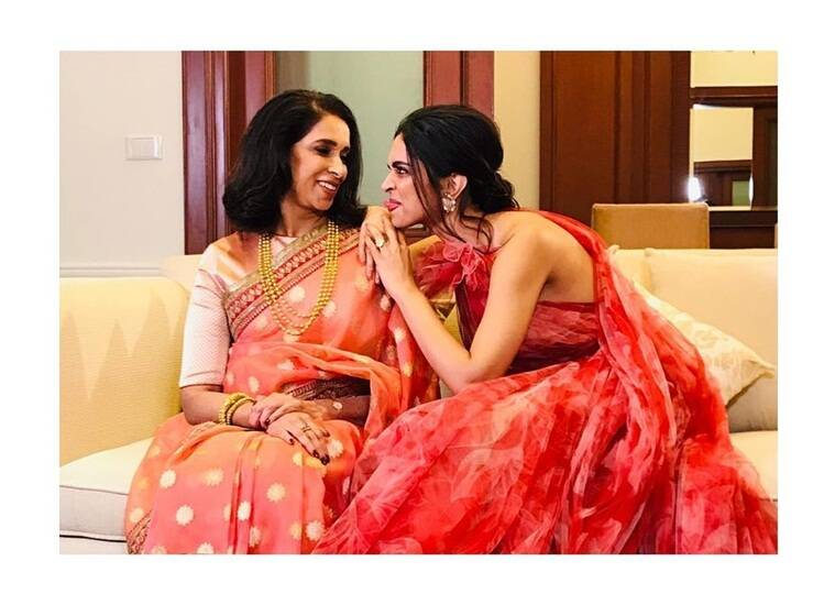 deepika padukone with mother