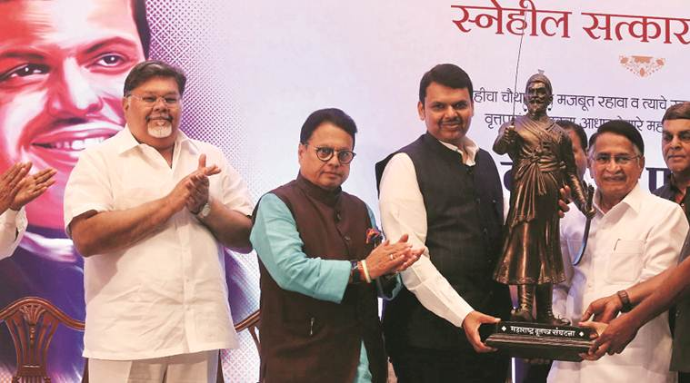 devendra fadnavis, maharashtra cm felicited, journalism, maharshtra newspapaers, indian express,