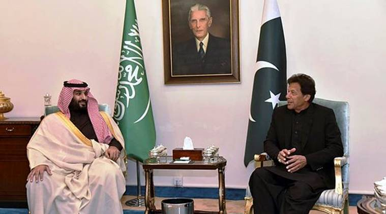 Imran Khan eats, Pakistan President forgets to stand at