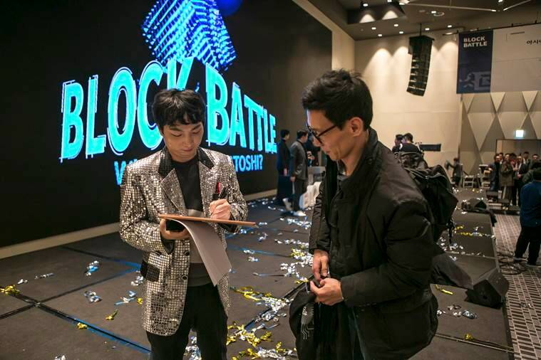 "Jung Ki-young, a one-man team called Kimchi Powered, signs an autograph after he made it to the finals of ""Block Battle"""