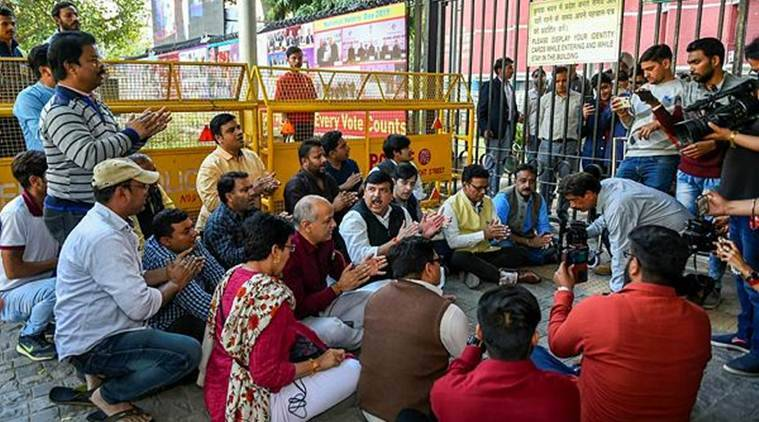 aap protest, aap protest outside ec office, aap against police, aap vs delhi police, call centre raid, aap call centre raid, Arvind Kejriwal, voter name deletion, manish sisodia, electoral list, indian express