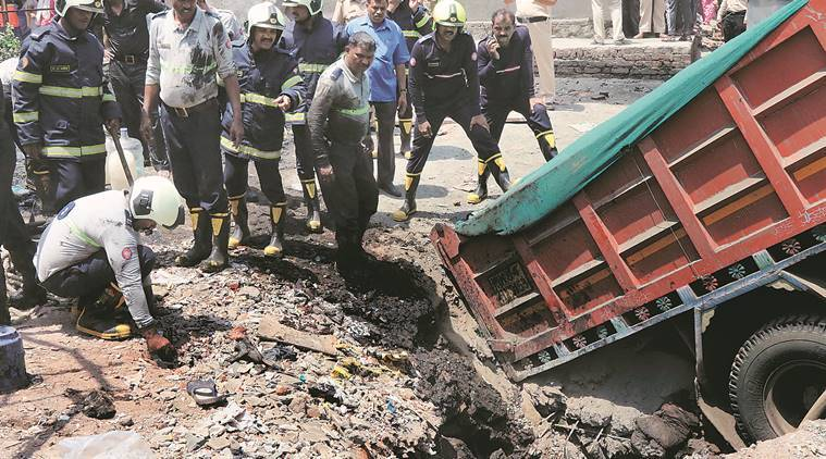 four people fall into septic tank, septic tank, hospital, sion hospital, mumbai fire brigade, mumbai news, indian express news