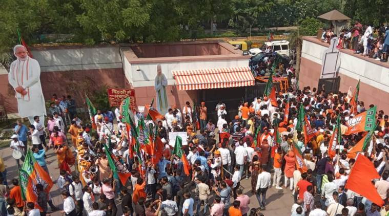 Thousands jostle for space at HQ: 'Modi ko aashirwad dene aaya hoon'
