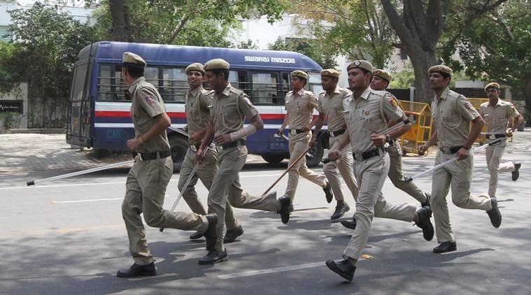 Delhi tempo driver video, delhi police tempo driver clash, mukherjee nagar clahes, mukherjee nagar tempo driver beaten, delhi tempo driver beaten, police driver clash, Delhi  tempor driver police video, Delhi police, Delhi police news