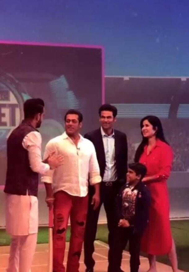 Salman Khan and Katrina Kaif play cricket