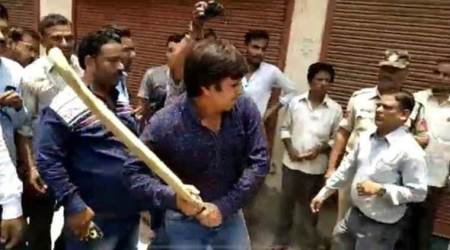 Aaksh Vijayvargiya, Kailash Vijayvargiya son, mc official attacked by akash Vijayvargiya, indore mc officials, indore mc, indian express