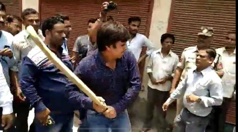 Indore: BJP MLA Akash, son of Kailash Vijayavargiya, seen thrashing officer with cricket bat