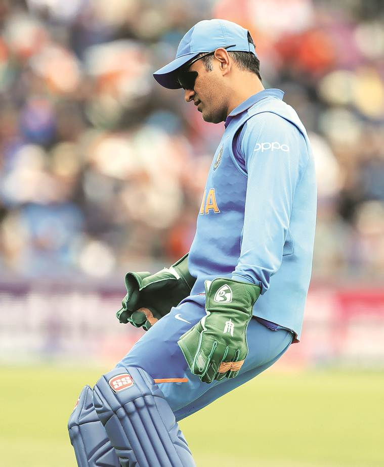 Dhoni, Dhoni gloves, dhoni gloves army insignia, dhoni indian army, indian army dhoni, icc world cup, world dhoni gloves, dhoni gloves controversy, indian express, latest news