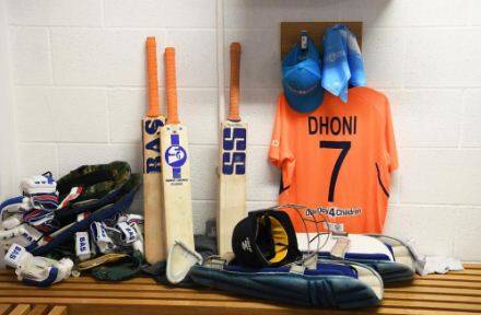 Dhoni seen changing bat stickers | MS Dhoni | Dhoni