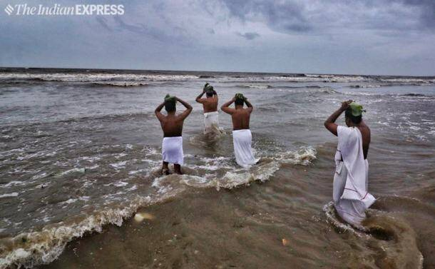karkidaka vavu, vavu bali, pithru amavasya, pithru tharpanam, karkidaka vavu photos, india news, indian express