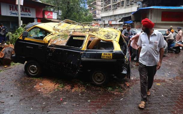 Mumbai rains live, Mumbai rains, mumbai rains photos, Mumbai rainfall latest news, maharashtra news, Devendra fadnavis, Mumbai wall collapse, Mumbai news, Mumbai waterlogging, Mumbai residents, india news, Indian express