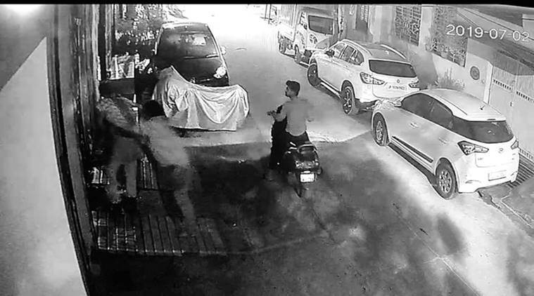 delhi news, delhi theft, delhi chain snatchers, delhi theft cases, elderly woman attacked in delhi, delhi crimes, indian express