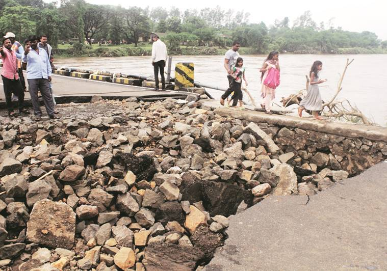 thane rain, rain in mumbai, ulhas river overflow, bridge washed away in rain, river dam breached, kalyan, waterlogging, ndrf rescue teams, maharashtra news, indian express news