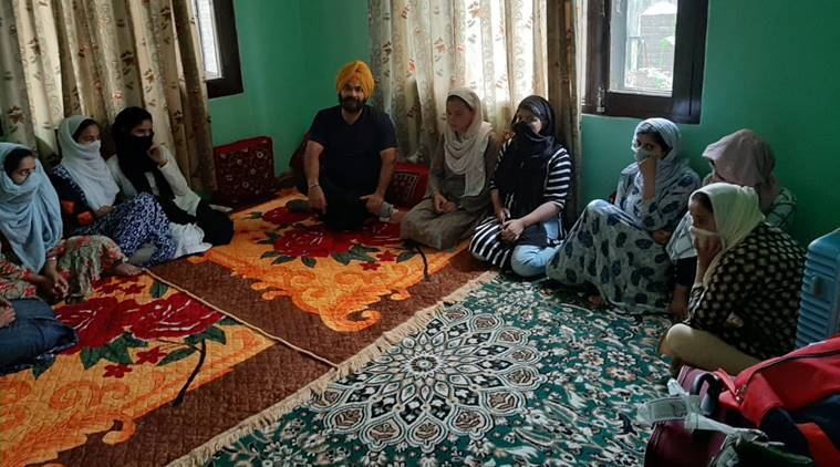 Sikh man helps Kashmirr girls reach home, Article 370, Bifurcation, Jammu and Kashmir, pune