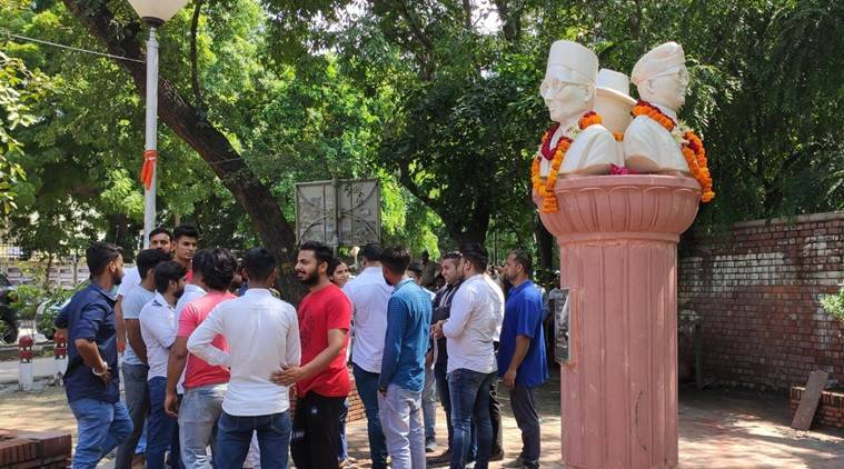 Abvp leaders install statues of savarkars statue in dus north campus attract criticism