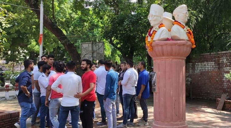 delhi university savarkar statue controversy, delhi university savarkar statue installed, nsui abvp tension, V D Savarkar statue blackened, DU news, Delhi city news