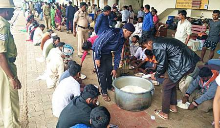 Karnataka-floods-Hole-Alur-railway-station-food-for-all