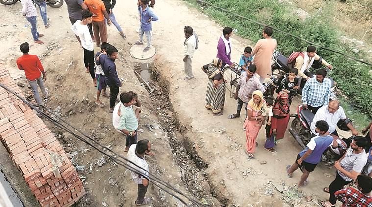 ghaziabad sewer deaths, sewer deaths, ghaziabad sewer line, contractors dead, safety gear, police, delhi news, indian express news