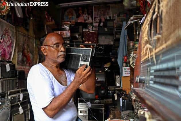 radio man of kumartuli, amit ranjan karmakar, kumartuli radio man, durga puja 2019, murphy radio, kolkata news, indian express