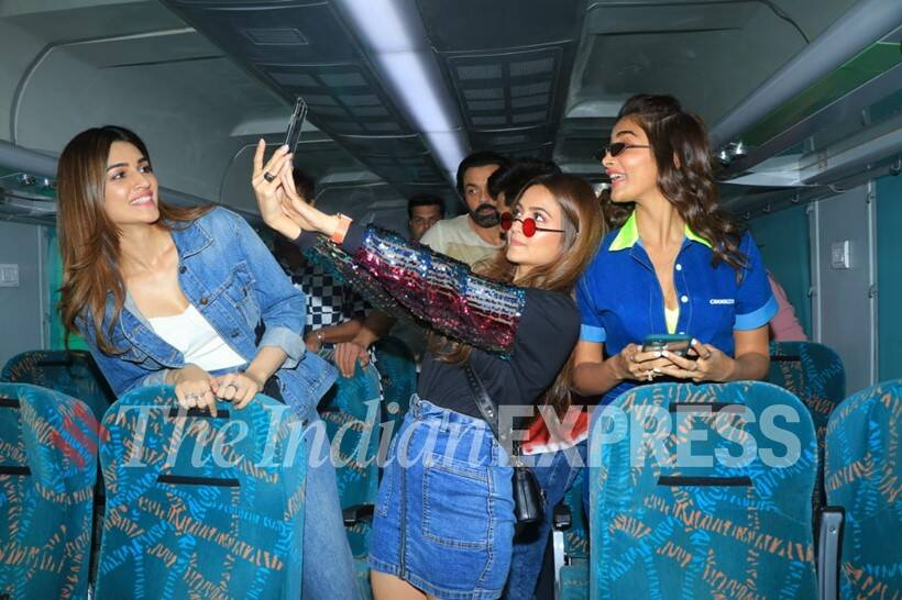 housefull 4 promotions, housefull 4 train, housefull 4 promotion on train, housefull 4 train phomotion photos, housefull 4 cast, housefull 4 news, akshay kumar, housefull 4 news
