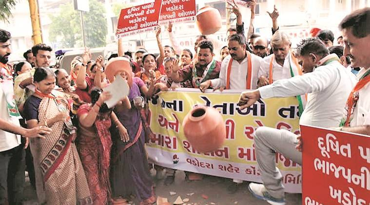 Vadodara: Congress protests against VMC over water supply crisis