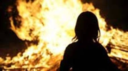 woman sets herself on fire outside UP office, woman daughter sets her self on fire outside Yogi office, Lucknow CMO office woman sets her self on fire, UP news, lucknow city news